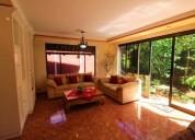 Hermosa casa esquinera con grandes zonas verdes en lote de con local comercial de 3 dormitorios