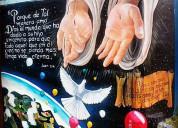 Murales artísticos en paredes.